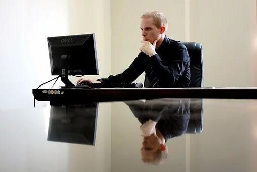 homme dans son bureau